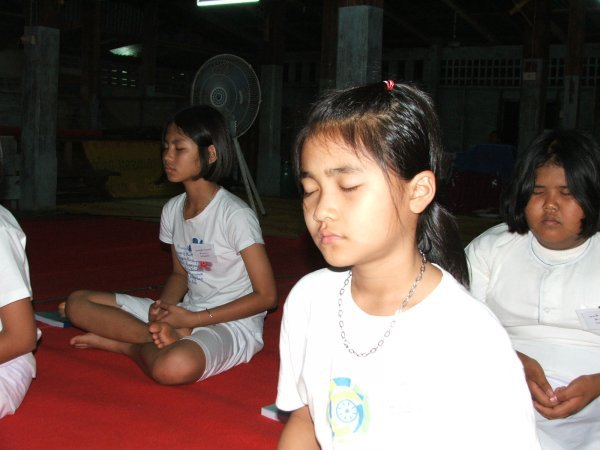 thai_buddhist_child_is_sitting_the_concentration_happily-600x450